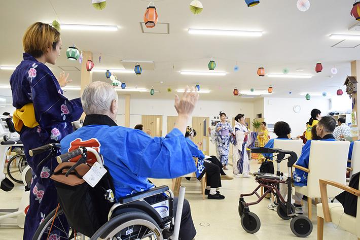車椅子で盆踊り